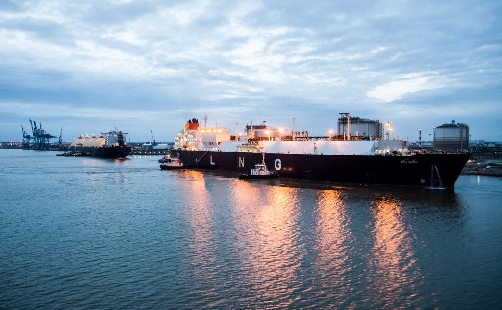 Premier transbordement de gaz naturel liquéfié entre deux navires méthaniers, le 7 août 2013 à Montoir-de-Bretagne.